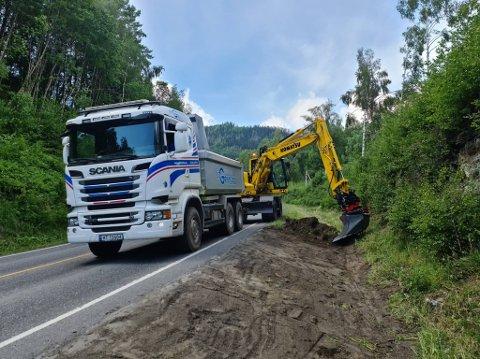 Grøftrensking er i gang på fylkesveg 255 mellom Segalstad Bru og Forset. Snart kommer det ny asfalt.