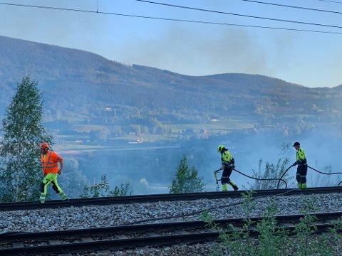 Slukningsarbeid langs toglinja ved Harpefoss.