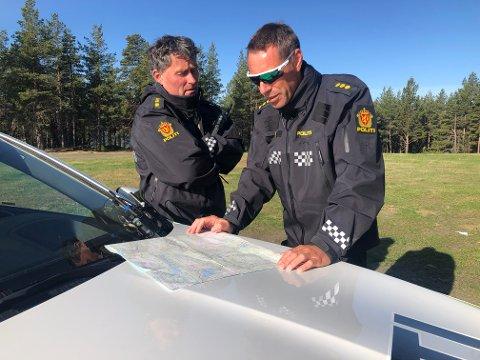 Jo Øien og Hans Martin Aas (innsatsleder t.h.) i politiet i norddalen er på stedet mens det pågår en leteaksjon etter en ung mann i området rundt Gråhøe ved Lemonsjøen i Vågå onsdag 2. juni.