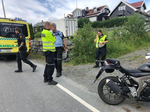 TRAFF BIL: En trafikkskolelærer kom over i motgående kjørefelt og kolliderte med en møtende bil i Øverbyvegen på Gjøvik tirsdag. Nødetatene rykket ut til stedet.