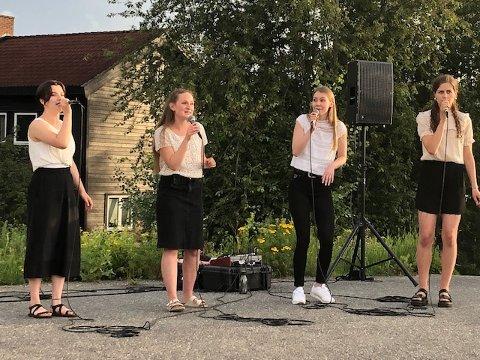 FIRSTEMT:  Kristine Arntsen, Eli Aurlund Sæle, Synne Haga og Signe Otervik bød på utekonsert på Holsjordet.