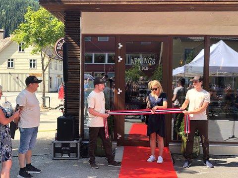Camilla Melgård fra Skåppå fikk æren av å åpne den nye kjøttforretningen på Otta. Med øks.