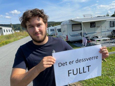 FULLT: Vi har stadig måtte henge opp dette skiltet i sommer, men må ser det ut til at det verste rushet er over, sier Tobias Foss.