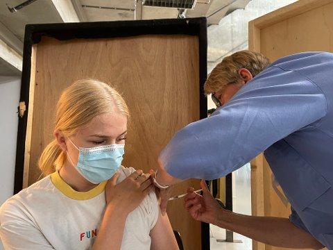 Pernille Berntsen (18) benyttet anledningen for drop in ved en tidligere anledning. Nå er det mange ledige doser, opplyser Lillehammer kommune.