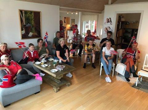 FULLT HUS: Familien Foss med venner og familie sitter klare for å heie Tobias Foss hele vegen frem til mål.