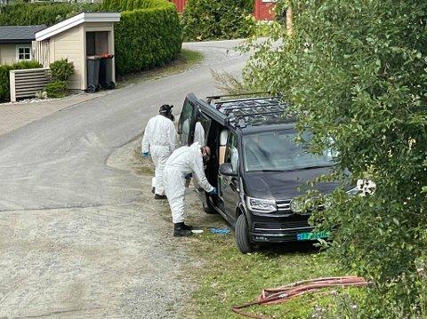 UNDERSØKER: Krimteknikere i Kastbakkvegen.