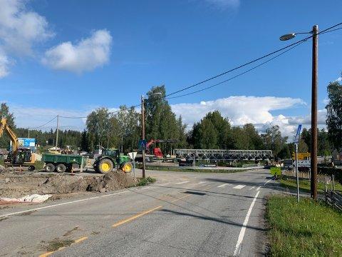 NÆROSET: Det skal bygges ny bru i Næroset. I bakgrunnen skimtes den midlertidige brua som nå er på veg opp og som skal benyttes i anleggsfasen.