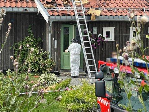 UNDERSØKELSER: Krimteknikere gjorde tirsdag omfattende funn etter brannen i Moelv i helga.