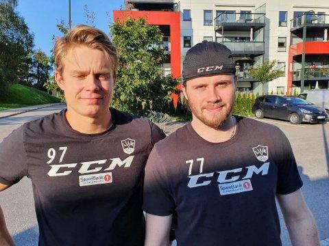 VANT: Emil Nyhus (t.v.) og Jonas Medby i Kristiansand lørdag kveld. De er to av L.I.K.-spillerne som har spilt godt mot Stavanger Oilers i helgas miniturnering.