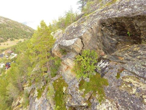 En større steinblokk har sprukket løs fra underlaget i Bøverdalen. Det er flere slike i området.