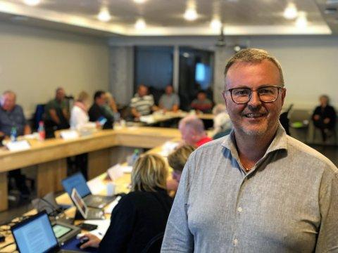 FORTSETTER: - Jeg har fått mange positive støtteerklæringer, også fra folk jeg knapt kjenner. Det forteller meg at folk flest følger godt med på hva som skjer i lokalpolitikken, sier Stein Plukkerud (55). Her fra torsdagens kommunestyremøte i Øyer.