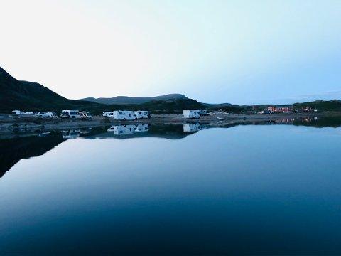 CAMPINGPLASS: Parkeringsplassen ved Bygdin har tidligere vært mest brukt av turgåere, men ligner nå mer på en campingplass. Til høyre i bildet ligger Bygdin Høyfjellshotell.