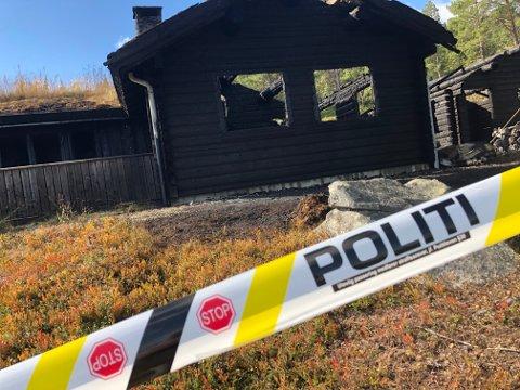 Bare skallet er igjen av hytta med anneks og en bil som sto parkert på eiendommen ved Tessosen i Vågå.