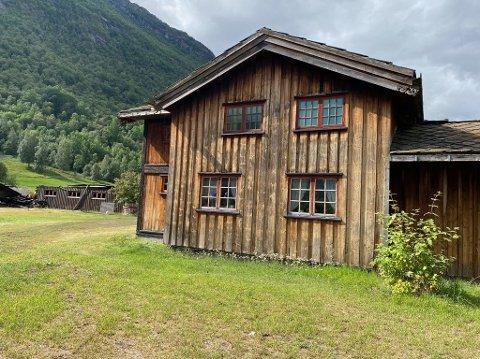TETT PÅ: Huset til 91-årige Karen Gutubø ligger rundt 20 meter fra driftsbygningen som brant ned 2. august.
