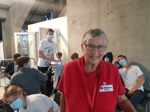 Det var god stemning i venterommet i Håkons Hall da 15-åringene kom i flokk og følge til vaksinering. Røde Kors-frivillig Gunvor Haug koste seg på vakt.