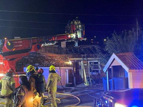 BRANN: Det brøt ut brann i en firemannsbolig på Skreia lørdag kveld. I alt syv personer ble evakuert.