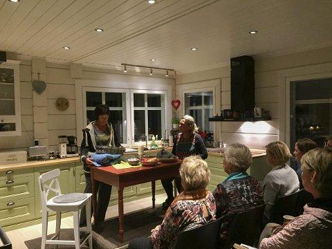 – Har jobba mentalt: Både Marit Sverresson (t.v.) og Kirsten Jåvold Hagen var godt fornøyde med premieren. – Dette var veldig spesielt og jeg har jobba mentalt for å forberede meg på å spille stykket så tett på publikum i mitt eget hjem, sa Hagen etter forestillingen.