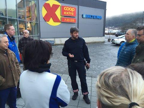 Beredskapsleder Per Ansgar Østby i brannvesenet informerer de evakuerte om situasjonen.