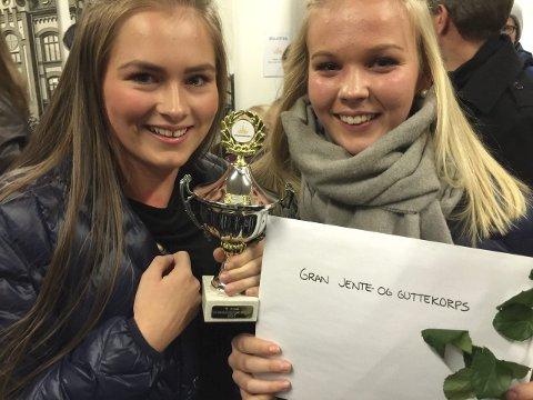 FORNØYD: Marte Børresen Lereng og Jenny Linstad Tangen var fornøyd med å få premie for tredjeplass i konkurransen.