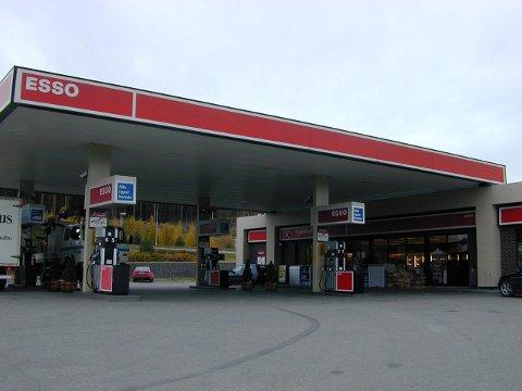 IKKE STRØM: Esso på Jaren får nytt sikringsskap.
