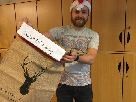 Har du en gave du ønsker å gi bort til mottaket på Lunby? Da kan du også levere i Hadelands lokaler på Granstunet. Her er journalist Atle Nielsen klar til å fylle sekken med gaver.