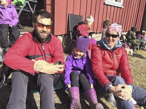 KOS I SOLA: Roy Are Hanssen, Andrine Horn Torgersen og Helene Torgersen på Fjeld gård.