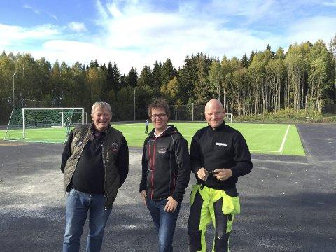 LØFT: Torsten Skiaker, Nils Harald Martinsen og Bjørn Steinar Borgli kan glede seg over at grusbanen på Jaren skole har fått et kraftig løft. Nå er det bare å ta det i bruk.