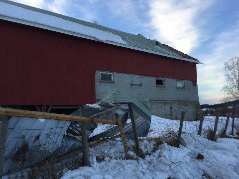 KRAFTIGE KAST: En låve på Grindvoll fikk revet av deler av taket. Dette skal ha skjedd i 17-tiden fredag.