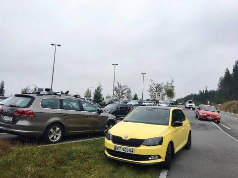 BLIR BEDRING: Slik ser det ut på parkeringsplassen ved Harestua holdeplass en vanlig hverdag.