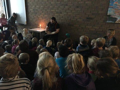 Bendik Simensen leste for elever på Trintom skole grytidlig mandag morgen.