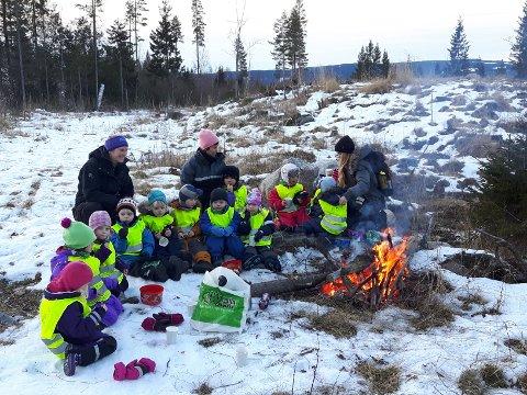 UT PÅ TUR: De eldste barna i Harestua Arena barnehage var med Lunner Almenning på skogstur onsdag.