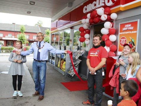 JUBEL: Ordfører Willy Westhagen stod for den offisielle åpningen av Circle K i Brandbu, blant annet til glede for innehaver Thomas Eid. FOTO: ATLE NIELSEN