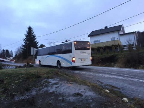 Andre gang: Denne bussen har sklidd av Movegen to ganger i dag. Foto: Jørn Haakenstad