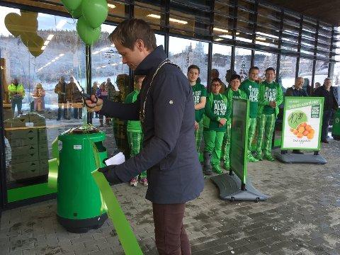 Ordfører Harald Tyrdal sto for den offisielle åpningen av nye Kiwi på Grua torsdag formiddag. Foto: Jørn Haakenstad