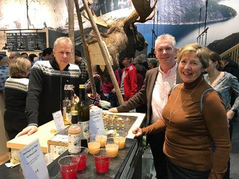FORNØYD: Trond Øverlier (til høyre) synes han har hatt stort utbytte av å besøke Grüne Woche i Berlin. Her er han sammen med Tor Egil Torp i Hadeland viltslakteri og rådmann i Jevnaker Mai-Britt Nordli.