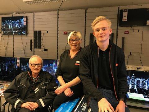 STENGER: Halfdan og Bjørg Lysen sammen med Vetle Lyckander i gamlebutikken til Expert. Tirsdag er siste åpningsdag.