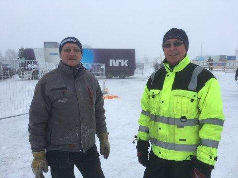 «Rigger og sperrer»: – Kjempemoro med dugnad, sier Åge Lindahl og Harald Langbråten, to av mange frivillige som står på for å lose NM vel i havn.