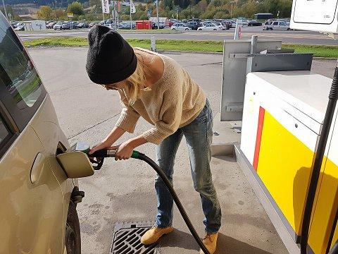 LÆRE: Mangt skal vi mestre, i dag; lære å fylle bensin
