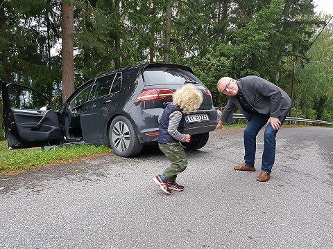 Min første trafikkulykke!! Kjørte elbilen til Gunnar Haslerud fast i plenen