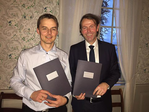 SIGNERTE: Kai Arne Sørumshagen (til venstre) og Didrik Koren signerte begge en ny kontrakt med Rema 1000. Foto: Rema 1000