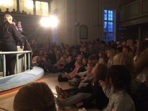 STORT OPPMØTE: 287 var inne i kirken, blant disse cirka 200 barn.