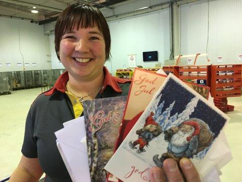 JULEKORT: Gry Anita Aspnes viser fram en haug med julekort hvor adressen ikke er fullstendig.