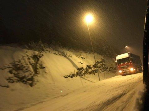 SNØVÆR: Det skal fortsette å snø utover dagen tirsdag. Lunner Auto er forberdet på å rykke ut.
