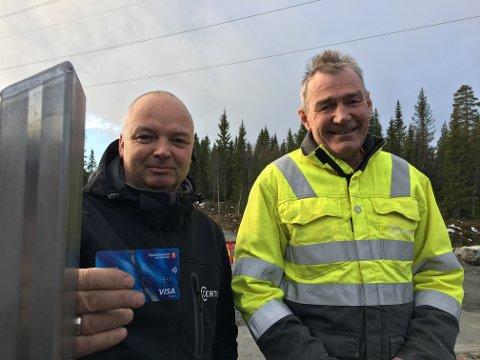 VISA: Ørnulf Luseter Bradal og Roger Bents Øverli fra Certigo monterer bom og betalingsterminal på Lygna skisenter.