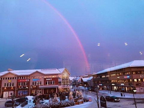 JULEHIMMEL: Bildet er tatt fra Granstunet og nordover. Regnbue 19. desember må da være ganske spesielt?