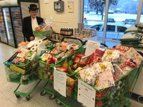 STOR GIVERGLEDE: Torill Bjerkestuen Knutsen fra Frelsesarmeen fikk en liten tåre i øyekroken da Frelsesarmeen mottok tre store handlekurver med mat og ei med gaver.
