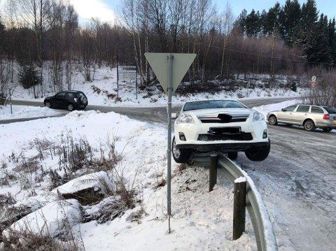 En bil havnet på autovernet ved avkjøringen til Hadeland Næringshage / Skogskolen i Brandbu søndag ettermiddag.