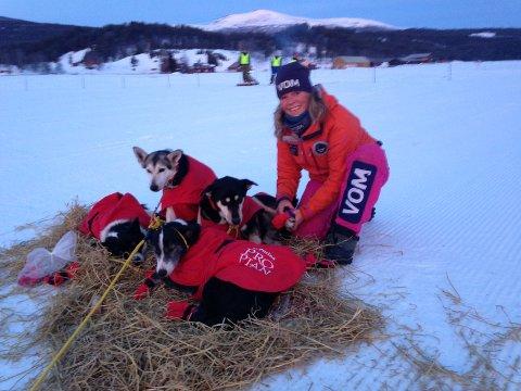 STELL; Nina Skramstad legger stor vekt på godt hundestell under den 600 kilometer lange kraftprøven. Foto: Didrik Lindeberg Sand.