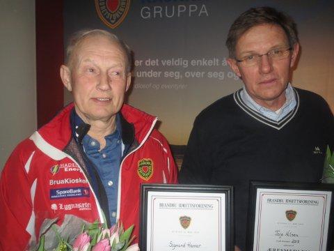 HEDER: Sigmund Hamar (til venstre) og Terje Nilsen ble æresmedlemmer i Brandbu IF. Foto: Privat