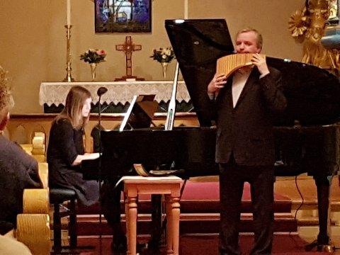 STEMNINGSFULLT: Roar Engelberg på panfløyte og Marit Wesenberg på orgel og klaver skapte en sjeldent stemningsfull søndagskveld i Tingelstad kirke.